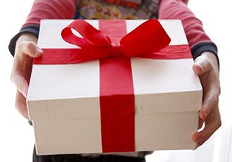 Как интересно преподнести подарок