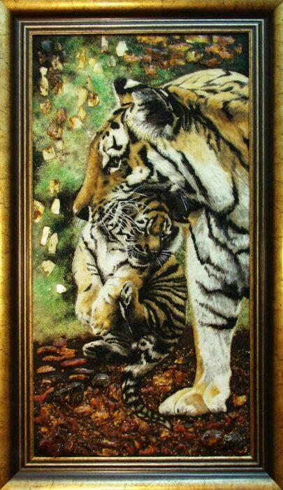 "Янтарная картина ""Тигрица с тигренком в зубах""- 0"