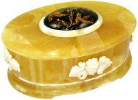 Шкатулка из янтаря с инталией