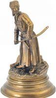 """Скульптура """"Линейный казак, вытаскивающий шашку из ножен"""""""