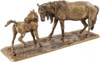 """Скульптура """"Лошадь с жеребёнком на воле"""""""