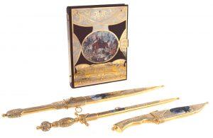 Набор украшенного оружия с подарочной книгой